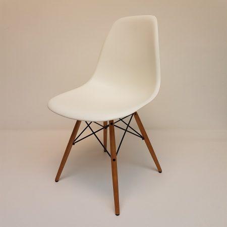 Eames DSW Vitra, Kleur wit met esdoorn houten onderstel.
