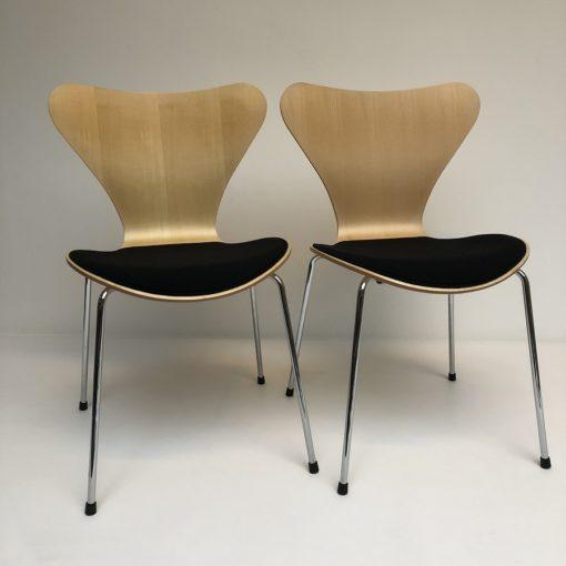 Vlinderstoelen-Arne-Jacobs-Fritz-Hansen-met-beklede-zitting.1