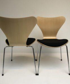 Vlinderstoelen-Arne-Jacobs-Fritz-Hansen-met-beklede-zitting.2