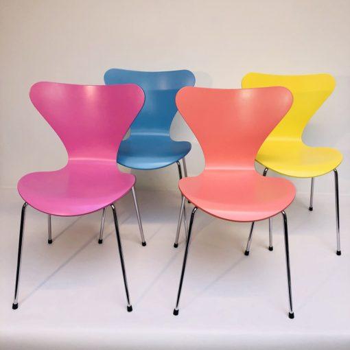 Kleurige-Arne Jacobsen Vlinderstoelen Fritz Hansen-1