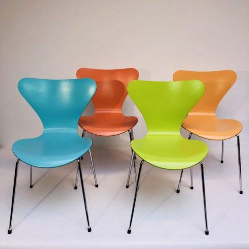 Kleurige-Arne Jacobsen Vlinderstoelen Fritz Hansen-2